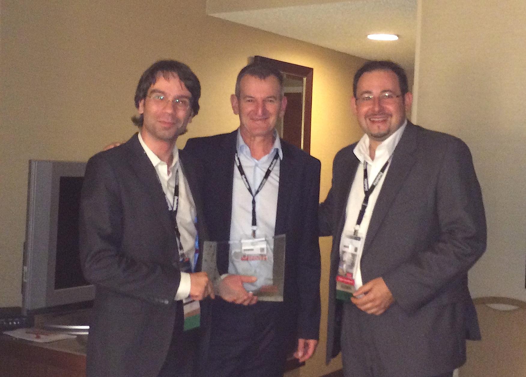 Nuestro director de la Unidad de Negocio, Ricardo Riguera, y nuestro Dir. General, Luis Alves, recibiendo el premio de mano de Jean-Luc Spagnol, Sr. Director Alliances in EMEA en Oracle