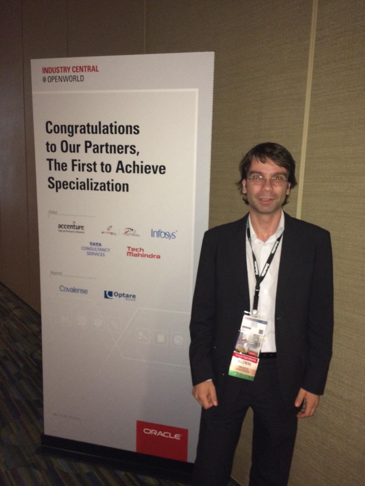 Ricardo Riguera, Director de la Unidad de Negocio de OM ,junto con los carteles del Programa de Specialización durante el Oracle OpenWorld en San Francisco